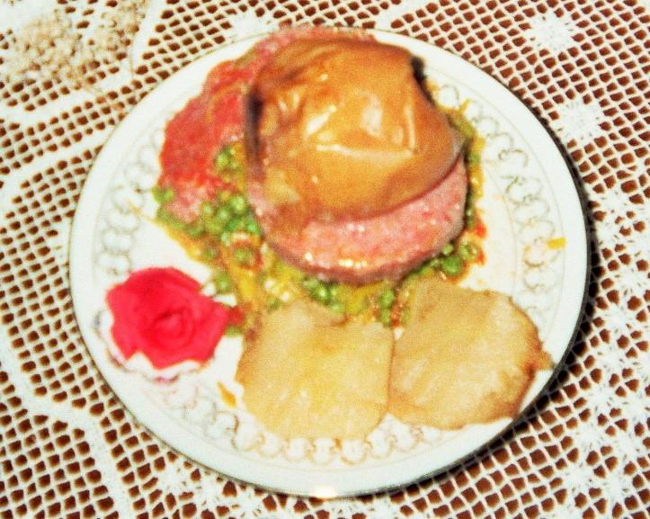 ruota di carne mista in contornodi stufato e piselli