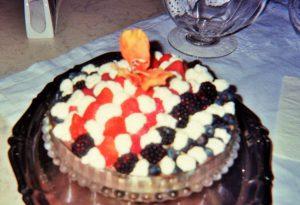 torta-bigne-decorata-ai-frutti-di-bosco