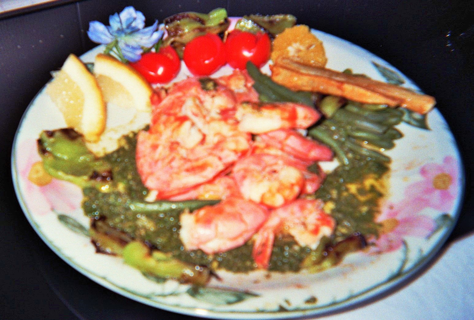 gamberoni in un letto di verdure verdi in salsa